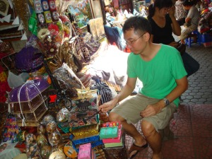 Bali Trip - Pasar Sukawati - Playing with the toys