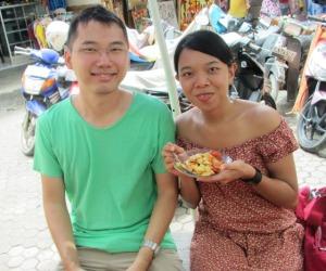 Bali Trip - Pasar Sukawati - Sinthya is eating Rujak