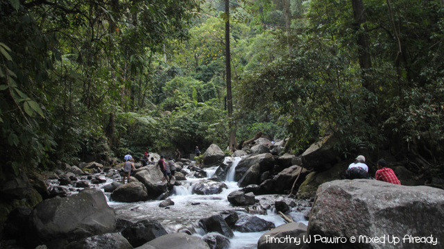 Senaru Lombok trip - Trekking to the waterfall - Crossing the river