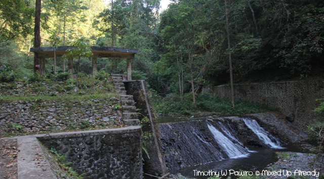 Senaru Lombok trip - Trekking to the waterfall - Passing a dam
