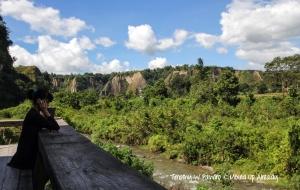 Indonesia - Sumatera - Bukittinggi - Ngarai Sianok - Taruko - Seating on the side to enjoy the scenery